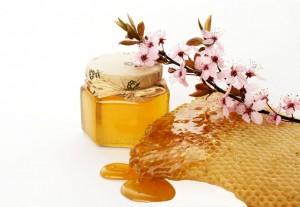 2 cách làm đẹp da bằng mật ong và hoa đào dễ làm