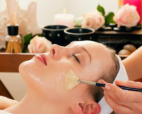 Thoa dầu dừa lên mặt và massage để trị tàn nhang